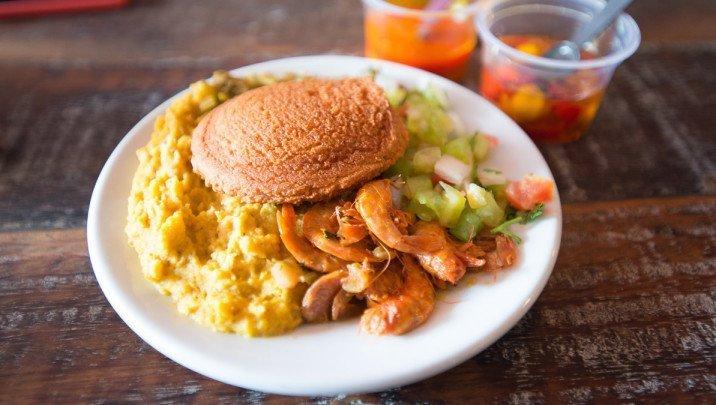 Foto do prato servido no Rota do Acarajé, realizado por Natalia Pereira para o guia Viajo.City