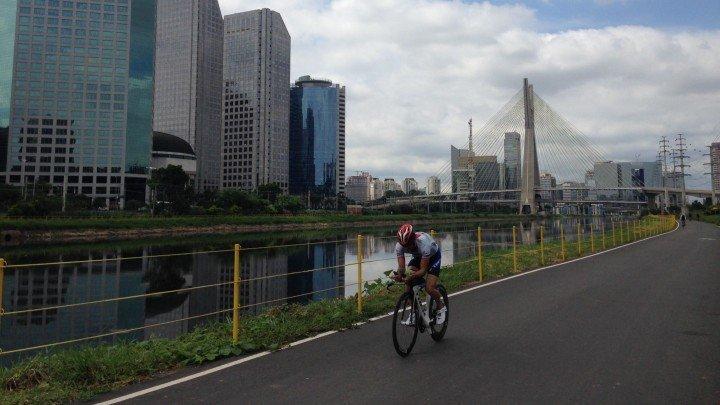 Foto de ciclista na Ciclovia Marginal Pinheiros por Natália Pereira para o Viajo.City.