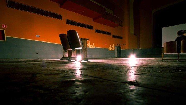 Fotografia da sala desativida do histórico Cine Art Palácio. Foto do Rodolfo Goud, para o Viajo.City