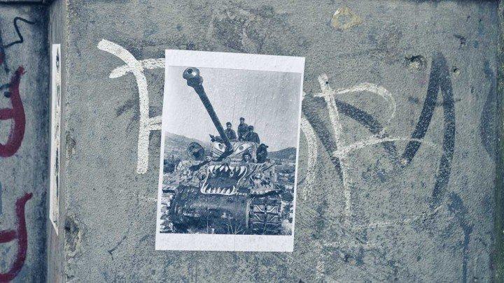 Detalhe do lambe lambe, que mostra tanque de guerra, próximo ao Centro Universitário Maria Antonia. Foo de Rodolfo Goud para o guia Viajo.City