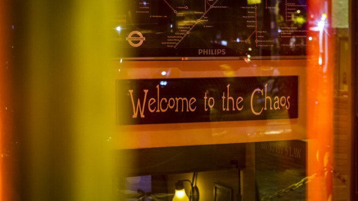 "Entrada do Partisan's Pub, onde se lê ""Welcome to the chaos"". Foto do Rodolfo Goud para o Viajo.City"