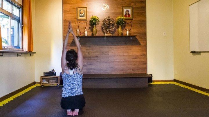 Foto de mulher fazendo reverência na sala da Vidya Yoga. Experiência Zen no Viajo.City, o guia mais legal para quem quer conhecer São Paulo.