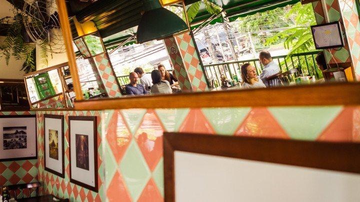 Foto do espelho refletindo o salão do Madureira Sucos feita pelo otógrafo Rodolfo Goud para o guia mais legal da cidade, Viajo.City - recomendações de quem conhece o melhor da cidade.
